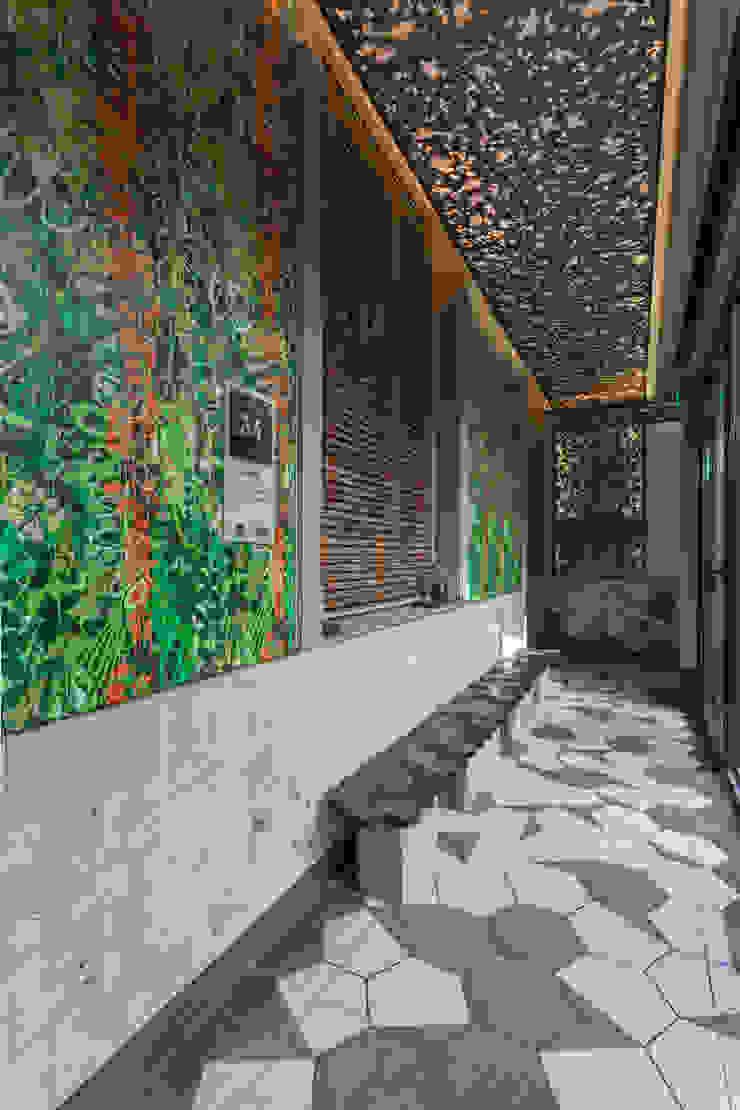 Galería frente al patio de la casa. Espacios comerciales de estilo moderno de Matealbino arquitectura Moderno