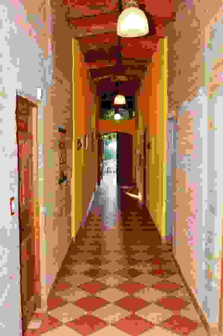 pasillo Pasillos, vestíbulos y escaleras rústicos de Liliana almada Propiedades Rústico
