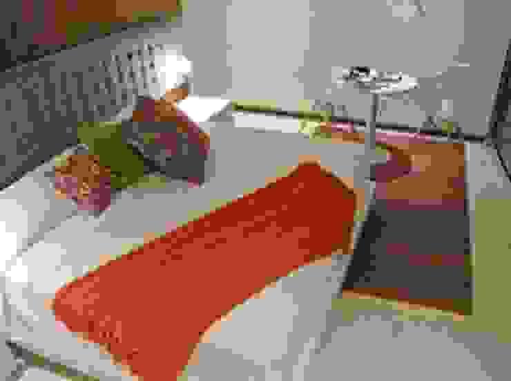Recámara con cabecera volada. Dormitorios minimalistas de ArtiA desarrollo, arquitectura y mobiliario. Minimalista