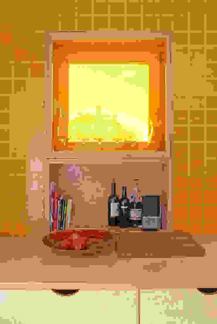 Cozinha detalhe de janela / armário por SAMF Arquitectos