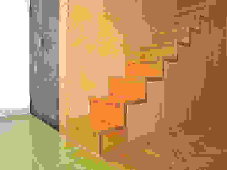 Cozinha pomenor de escada por SAMF Arquitectos