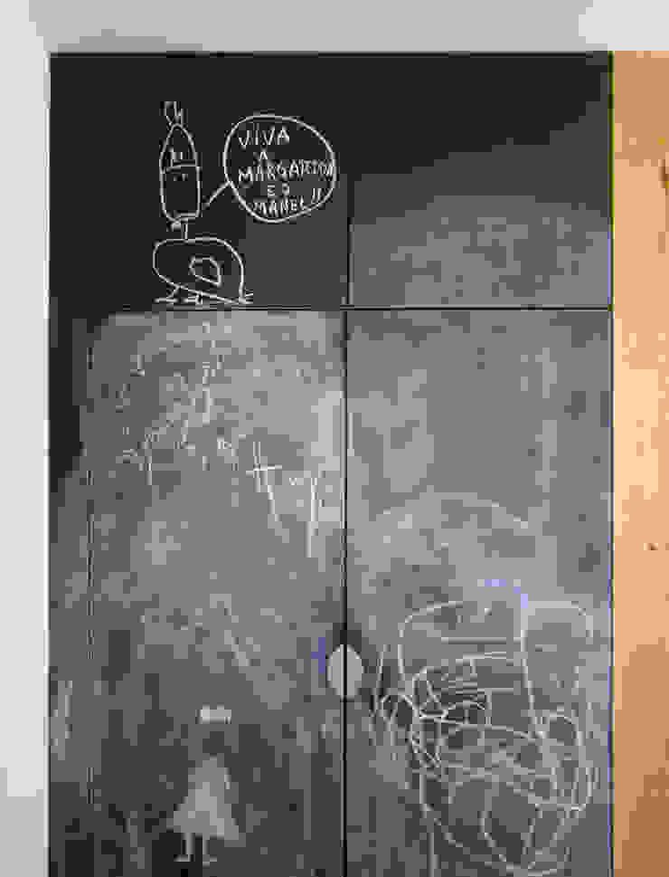 Cozinha detalhe de armário de frigorífico e congelador por SAMF Arquitectos