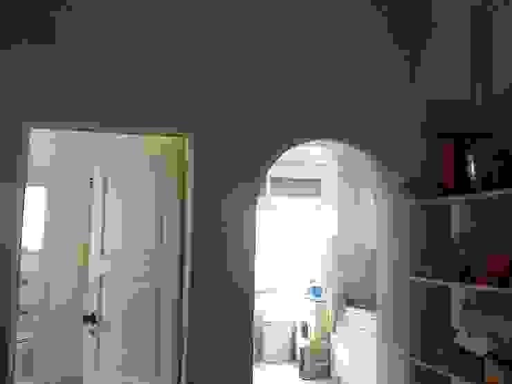 Antigo átrio de entrada (vista para cozinha) por SAMF Arquitectos