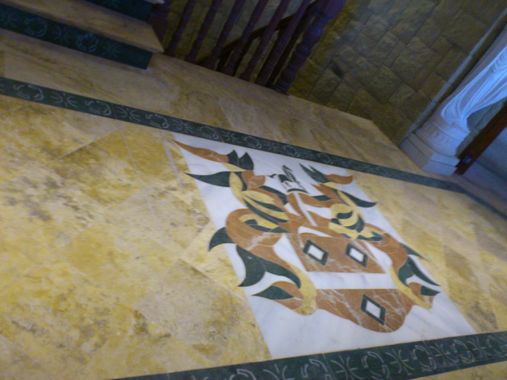 Proyecto en Nueva Andalucia Grabados en Mármol S.L Paredes y suelos de estilo clásico