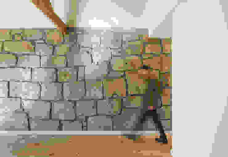 Taipas_5 Paredes e pisos modernos por XYZ Arquitectos Associados Moderno