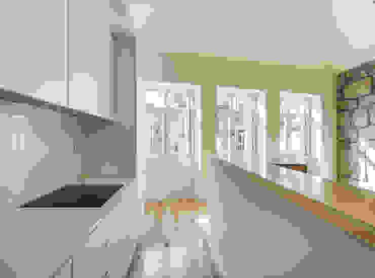 Taipas_6 Cozinhas modernas por XYZ Arquitectos Associados Moderno
