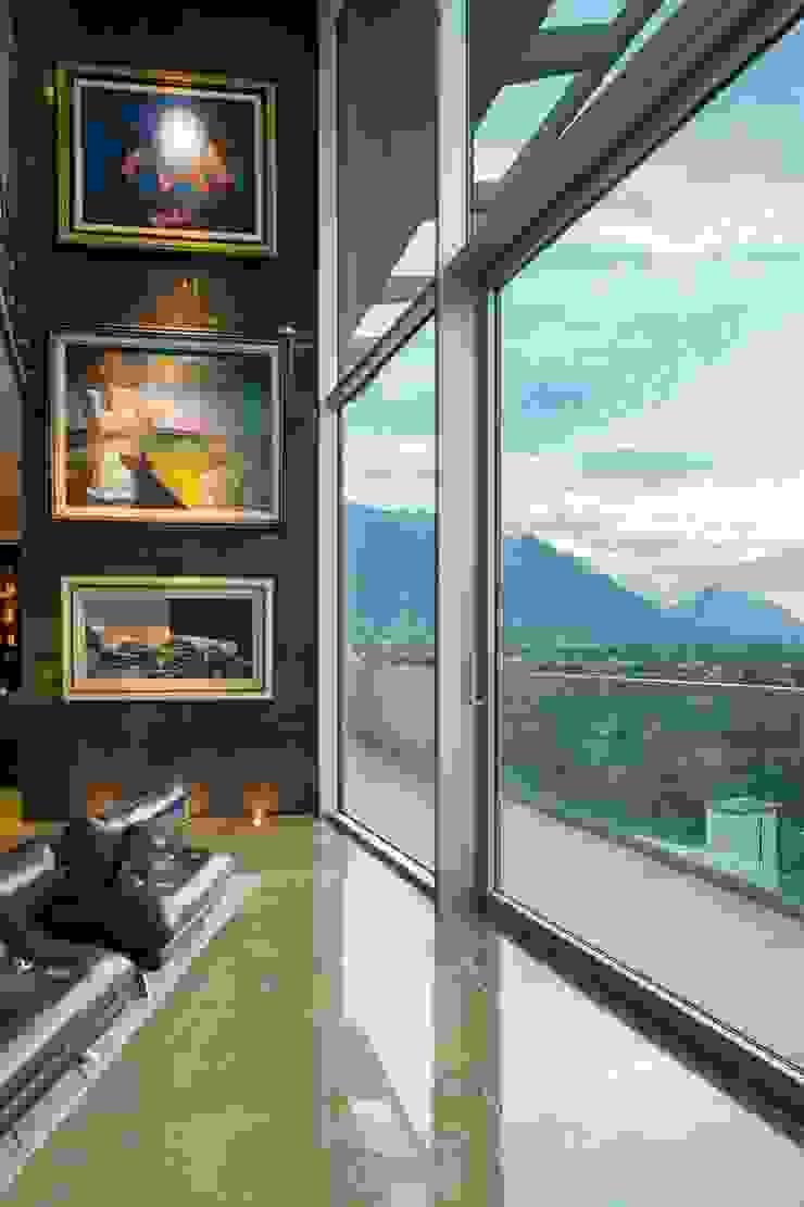 Balcones y terrazas modernos de Línea Vertical Moderno