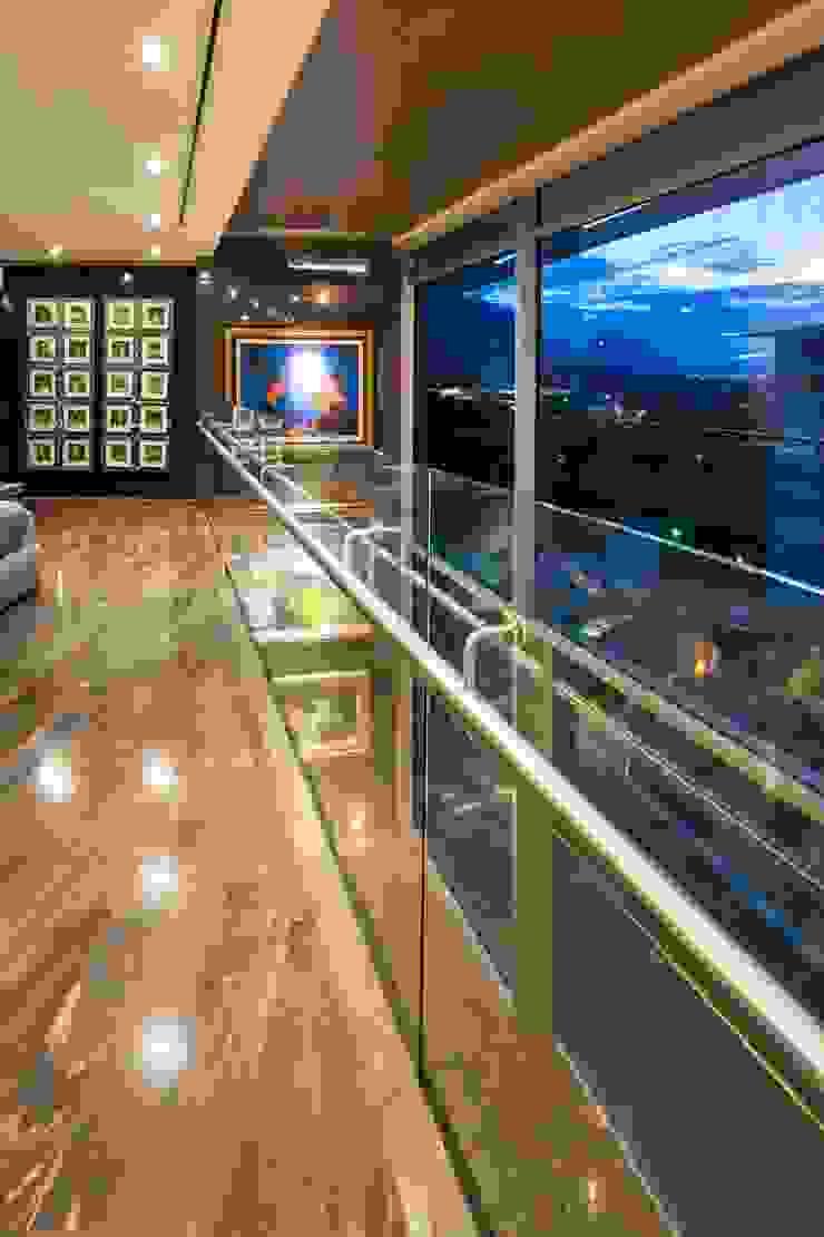 Pasillos, vestíbulos y escaleras modernos de Línea Vertical Moderno