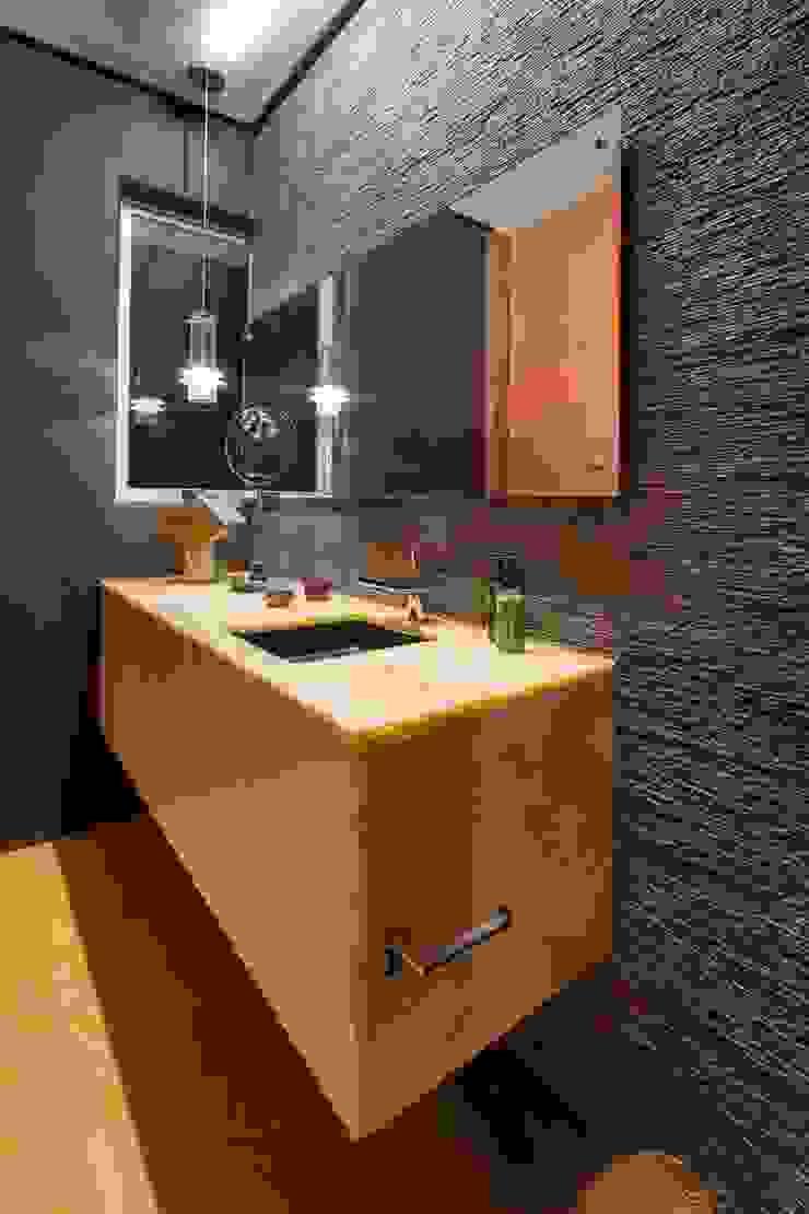 Baños de estilo moderno de Línea Vertical Moderno