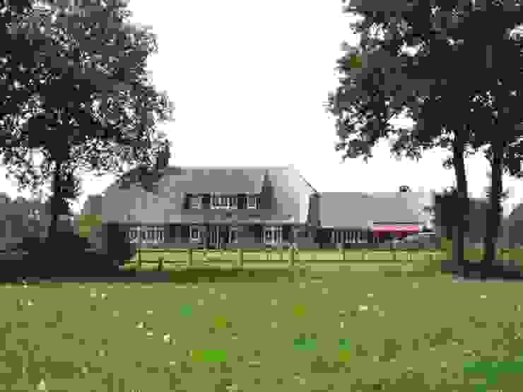 Landelijk gelegen vrijstaande villa in boerderij-stijl van 01 Architecten
