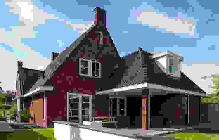 Jaren 30 woning met rode steen, donkere pannen en witte kozijnen van 01 Architecten