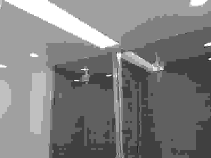 Apartamento Sesimbra Casas de banho minimalistas por INNER TREE Minimalista