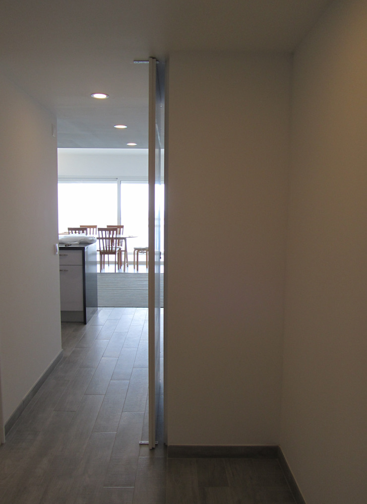 Apartamento Sesimbra Corredores, halls e escadas minimalistas por INNER TREE Minimalista