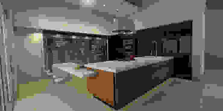 Cocina con muro de pizarrón Cocinas modernas de AParquitectos Moderno