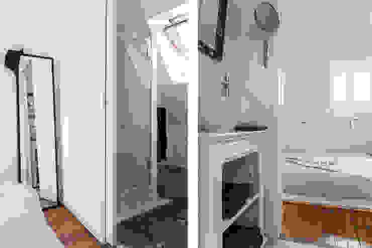 Transformation de chambres de bonne à Paris 11ème Salle de bain moderne par GALI Sulukjian Architecte Moderne