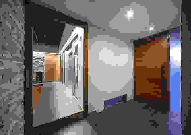 ISDアーキテクト一級建築士事務所 Modern Corridor, Hallway and Staircase Tiles Black