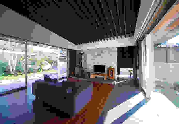 ISDアーキテクト一級建築士事務所 Modern Living Room Tiles Black