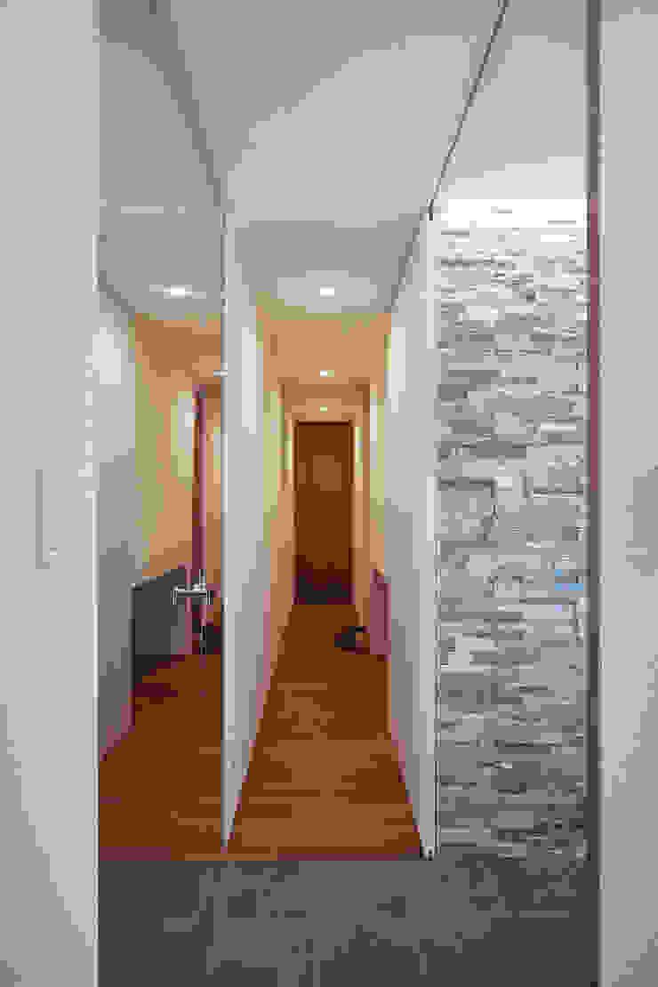 ISDアーキテクト一級建築士事務所 Modern Corridor, Hallway and Staircase Stone White