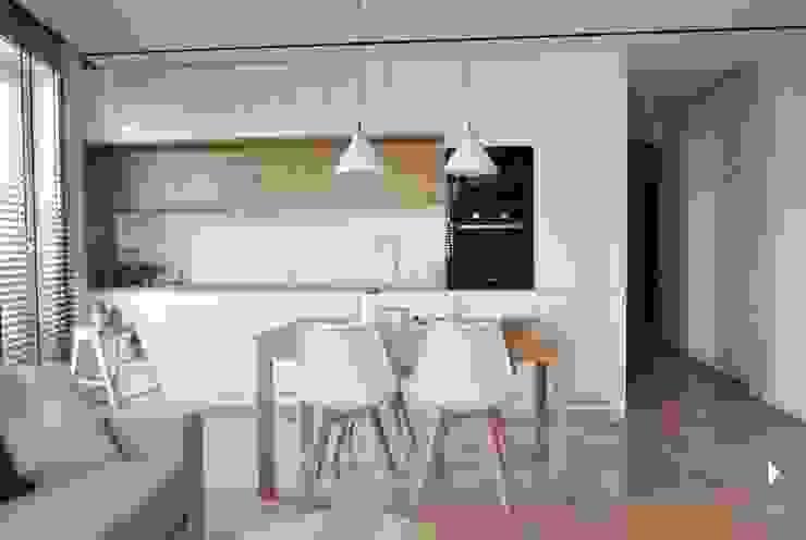Столовая комната в стиле модерн от Architekt wnętrz Klaudia Pniak Модерн