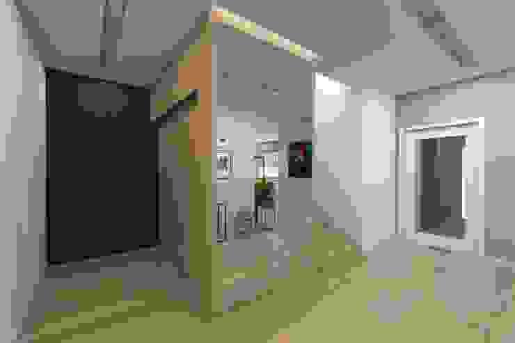 BAGUA Pracownia Architektury Wnętrz Modern Corridor, Hallway and Staircase