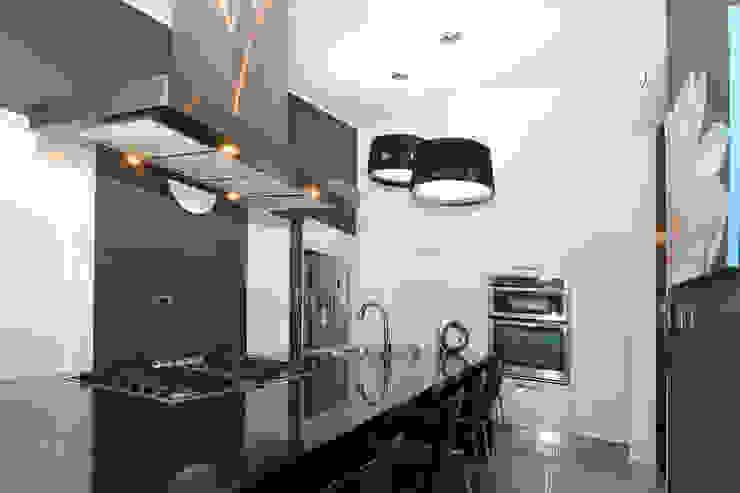 Modern kitchen by Arq Renny Molina Modern