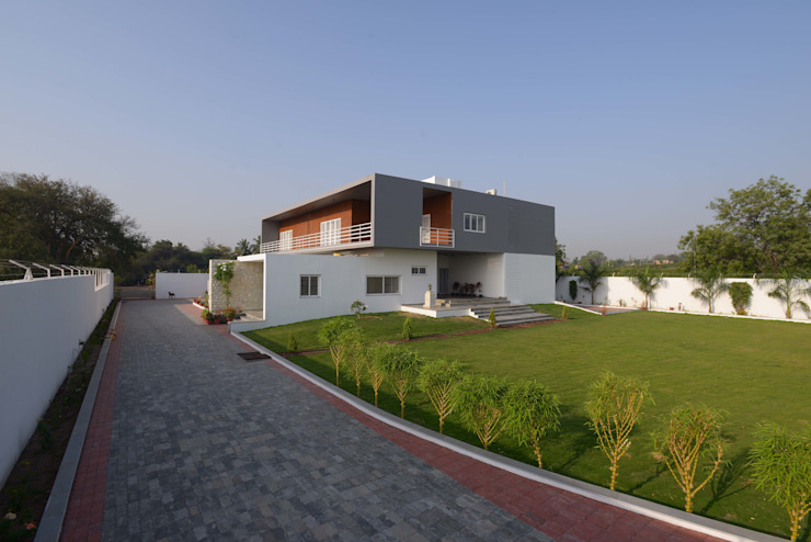 Hung-over Residence Modern houses by Urban Tree Modern
