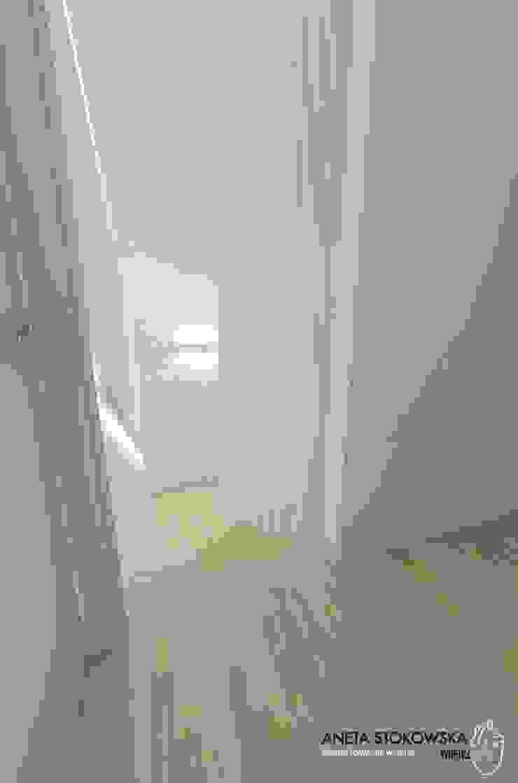Couloir, entrée, escaliers modernes par WNĘTRZNOŚCI Projektowanie wnętrz i mebli Moderne