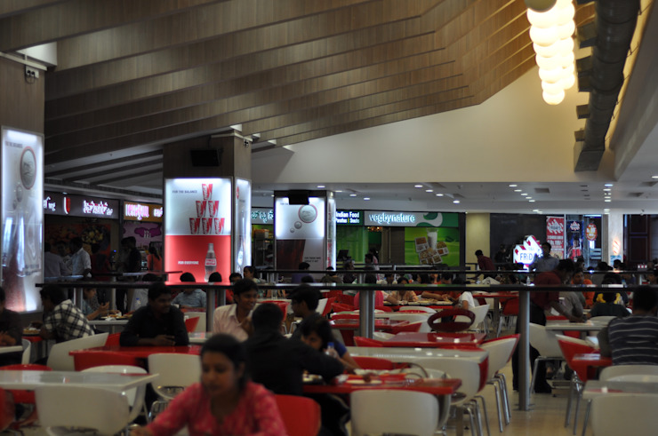 ROYAL MEENAXI MALL FOOD COURT, BANGALORE. (www.depanache.in) Modern walls & floors by De Panache - Interior Architects Modern