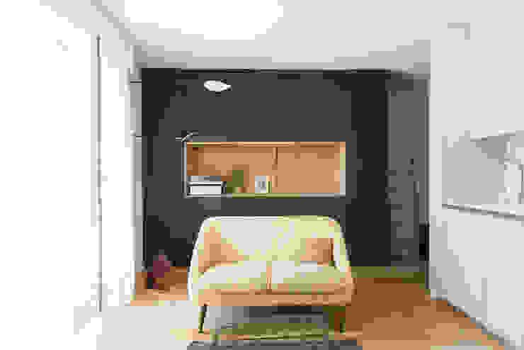 Minimalist living room by atelier DiTO Minimalist
