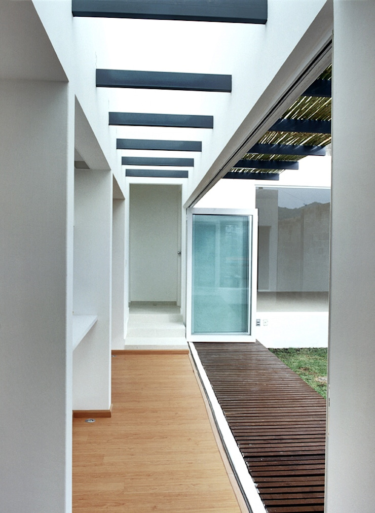 CaSA CORTINA Balcones y terrazas modernos de CoRREA Arquitectos Moderno