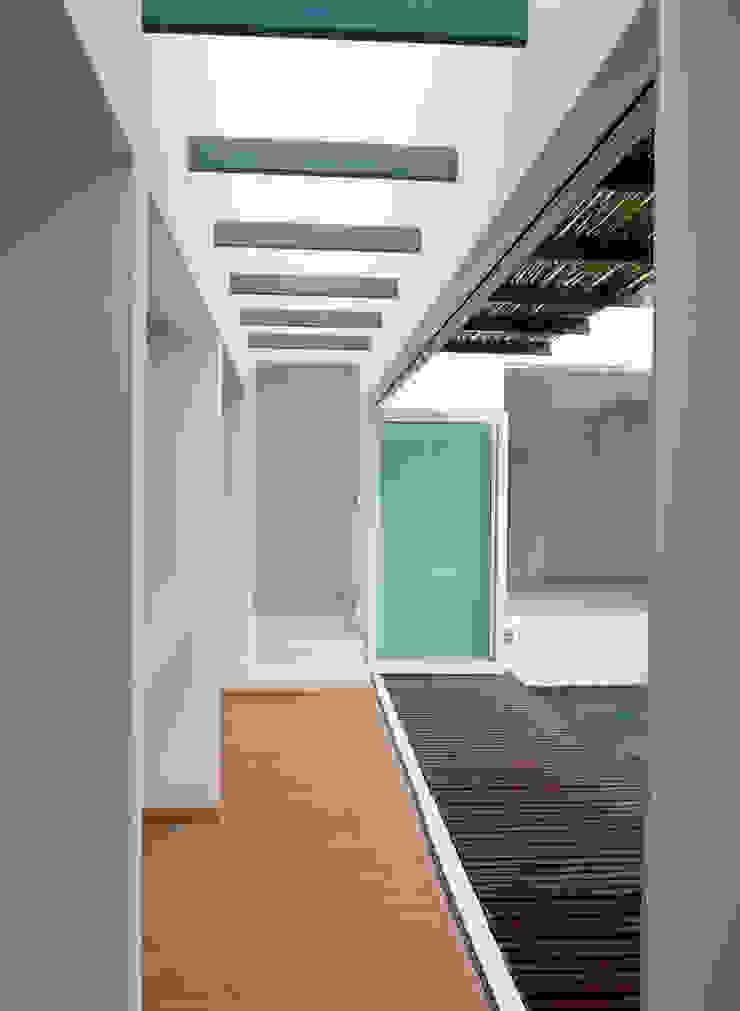 CaSA CORTINA Pasillos, vestíbulos y escaleras modernos de CoRREA Arquitectos Moderno