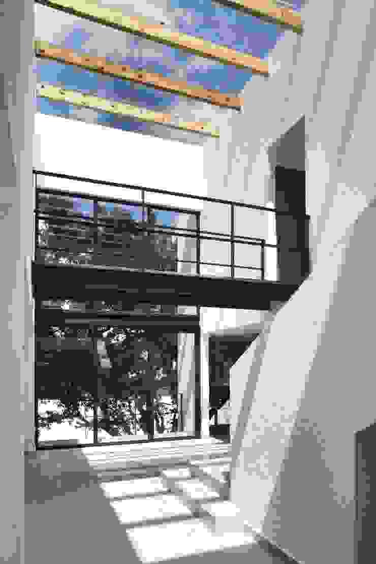 CaSA PEREZ Pasillos, vestíbulos y escaleras modernos de CoRREA Arquitectos Moderno
