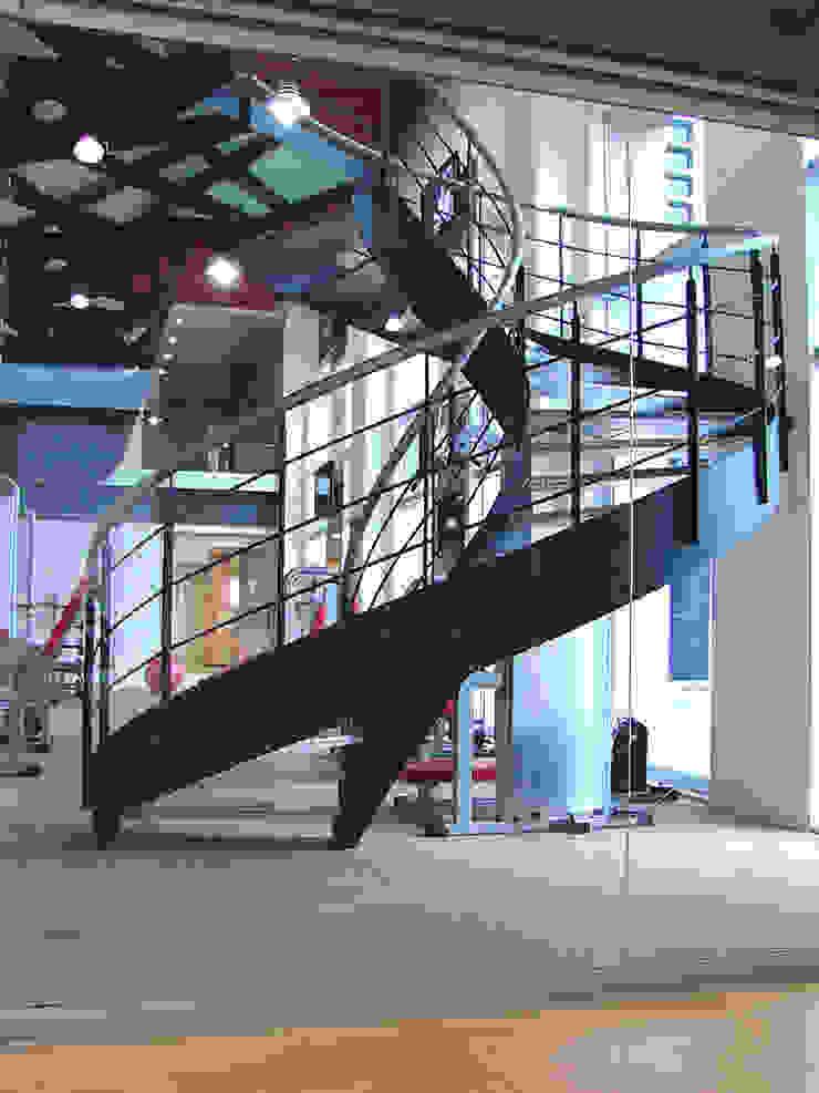 Escalera de caracol Espacios comerciales de estilo moderno de AParquitectos Moderno