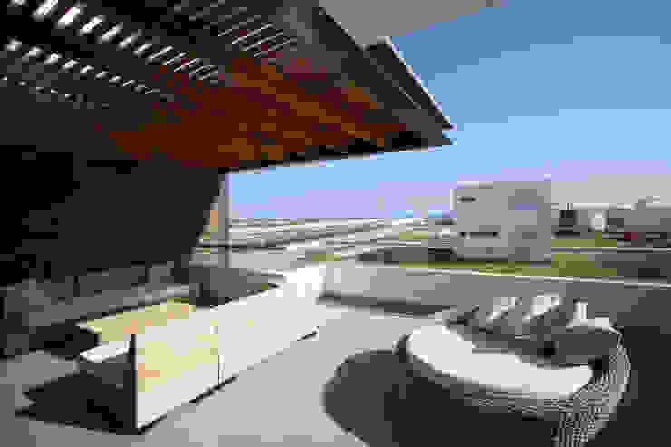 CASA DE PLAYA BARRÓN: Terrazas de estilo  por ARKILINEA,
