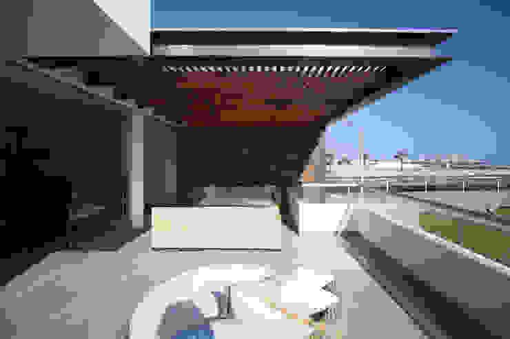 Minimalist balcony, veranda & terrace by ARKILINEA Minimalist