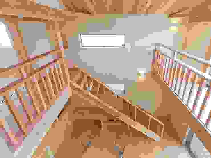 土佐木材、土佐漆喰で建てた気持ち良い家 クラシカルスタイルの 玄関&廊下&階段 の エニシ建築設計事務所 クラシック