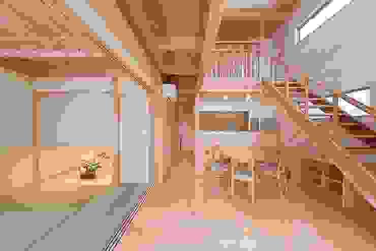 Klassieke woonkamers van エニシ建築設計事務所 Klassiek