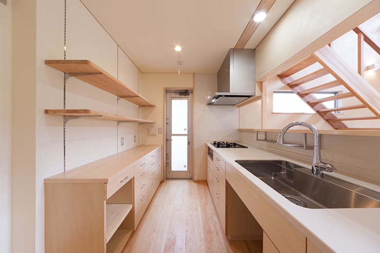 土佐木材、土佐漆喰で建てた気持ち良い家 クラシックデザインの キッチン の エニシ建築設計事務所 クラシック 木 木目調