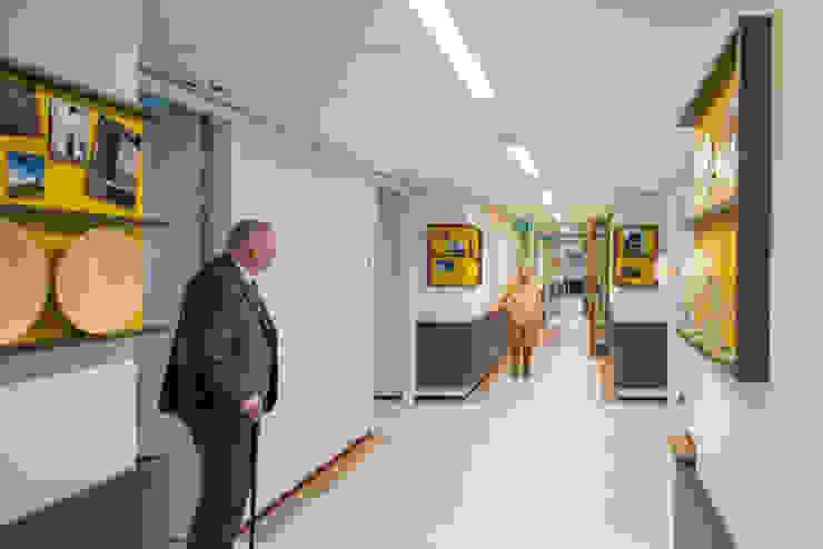 Gang woonzorggebouw de Koekoek Moderne gezondheidscentra van INZIGHT architecture Modern