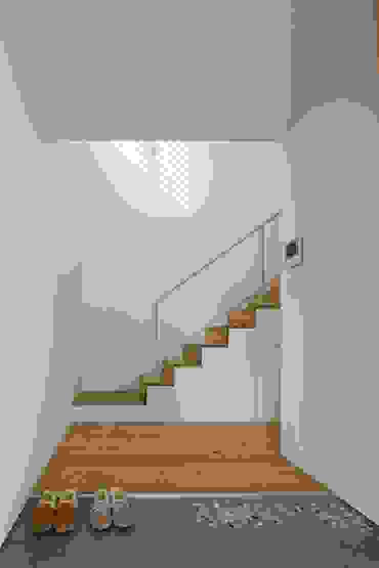 Pasillos, vestíbulos y escaleras de estilo ecléctico de Studio R1 Architects Office Ecléctico Madera Acabado en madera