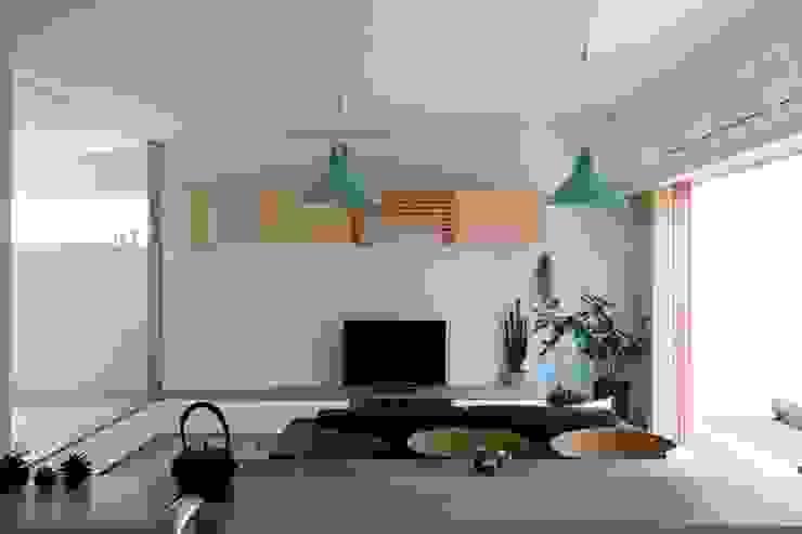 Comedores de estilo ecléctico de Studio R1 Architects Office Ecléctico Madera maciza Multicolor