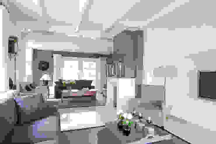 Vrijstaande villa Klassieke woonkamers van Atelier09 Klassiek
