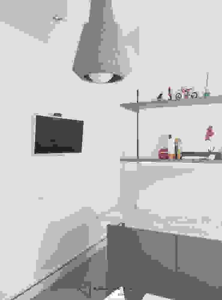 Minimalist dining room by emmme studio Minimalist