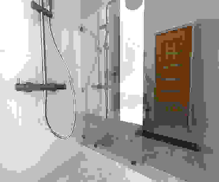 Baños de estilo moderno de ARQ. María Florencia Fernández Moderno Cerámico