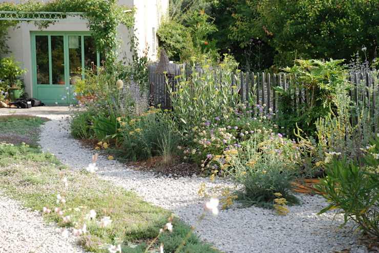 Une allée comme un chemin à la campagne: Jardin de style  par Jean-Jacques Derboux, Méditerranéen