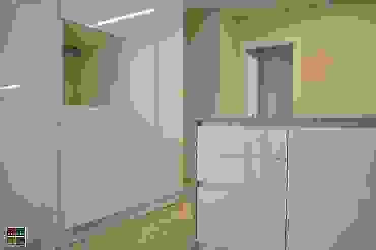 REHABILITACIÓN INTEGRAL DE UNA VIVIENDA EN EL BARRIO DE LES CORTS Cocinas de estilo moderno de Estudio Arquitectura Ricardo Pérez Asin Moderno