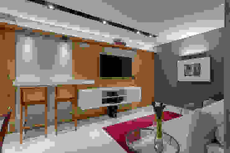 Salas de estar modernas por Emmanuelle Eduardo Arquitetura e Interiores Moderno