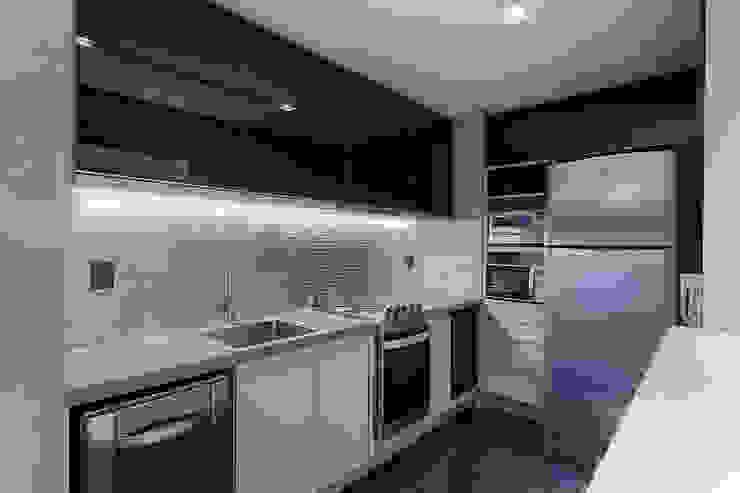 Cocinas de estilo moderno de Emmanuelle Eduardo Arquitetura e Interiores Moderno Metal
