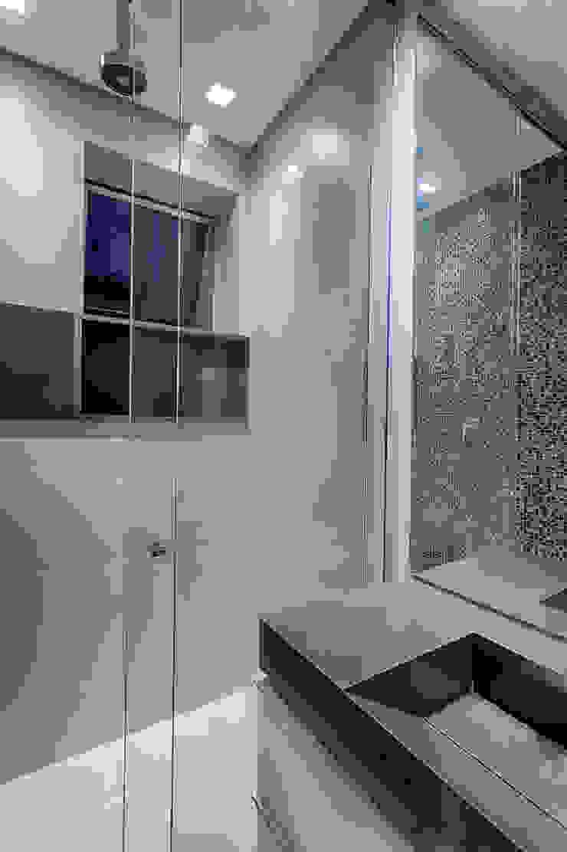 Emmanuelle Eduardo Arquitetura e Interiores 現代浴室設計點子、靈感&圖片 Brown