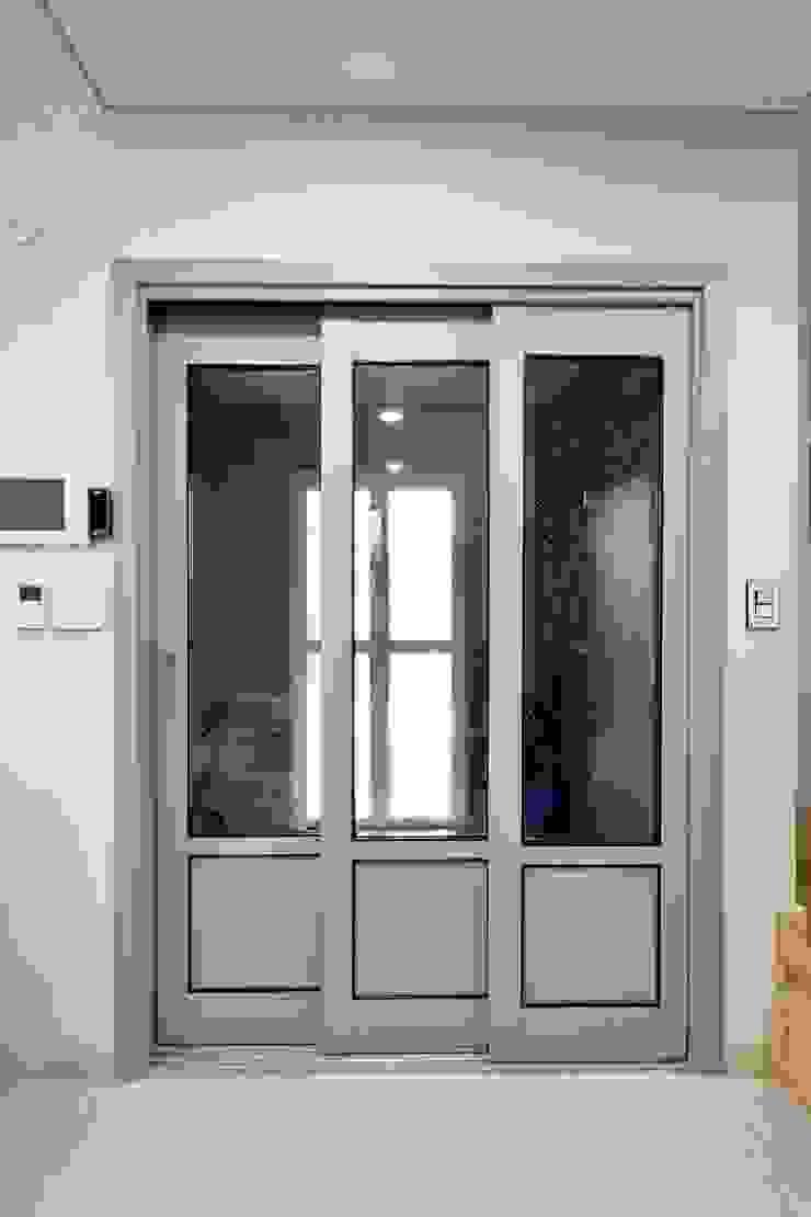 Koridor & Tangga Modern Oleh 윤성하우징 Modern